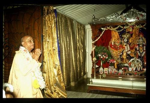 SP having darsana of Radha Rasabehari