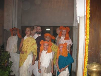 gurukula boys greet deities