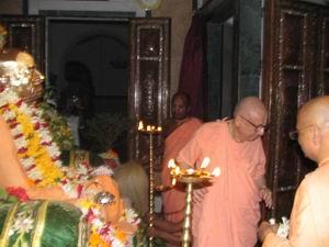 Umapati Swami offering garland